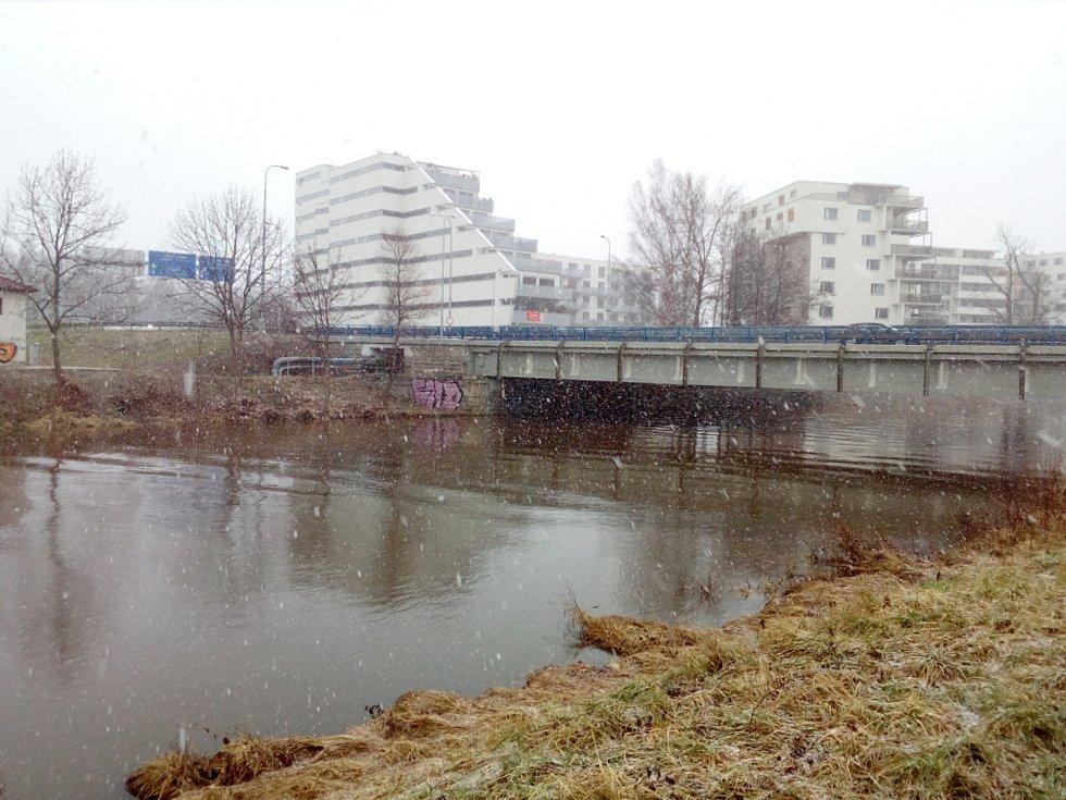 Zvýšená hladina Vltavy u Litvínovického mostu v Českých Budějovicích. Kolem poledne 30.ledna 2021 dorazilo do města sněžení.