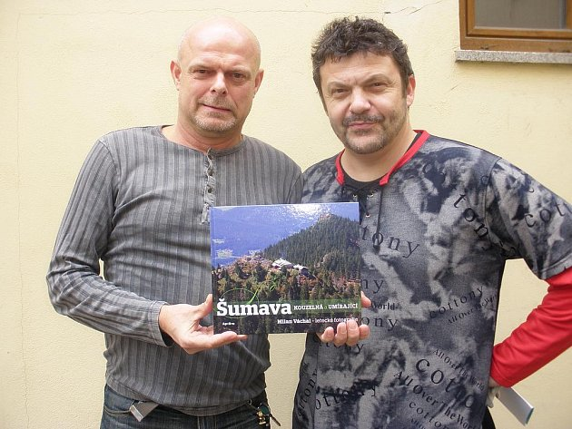 Zdeněk Roučka (vlevo) a Milan Váchal vydali knihu Šumava kouzelná a umírající.