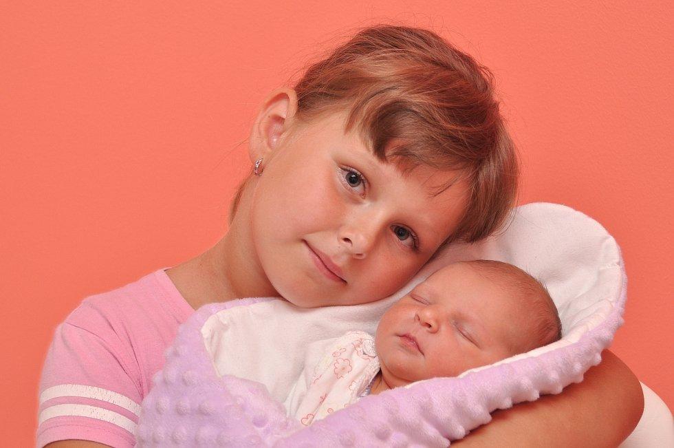 Julie Divišová z Blatné. Rodiče Vladimíra a Jiří Divišovi se radují z narození dcery, která přišla na svět 15. 7. 2021 v 00.23 hodin s váhou 3590 g. Doma se na sestřičku těšila Johanka (6).