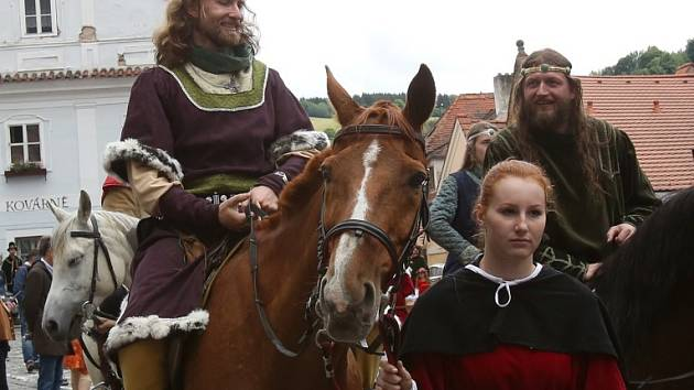Slavnosti pětilisté růže v Českém Krumlově si připomněly 25. výročí obnovení jejich tradice.