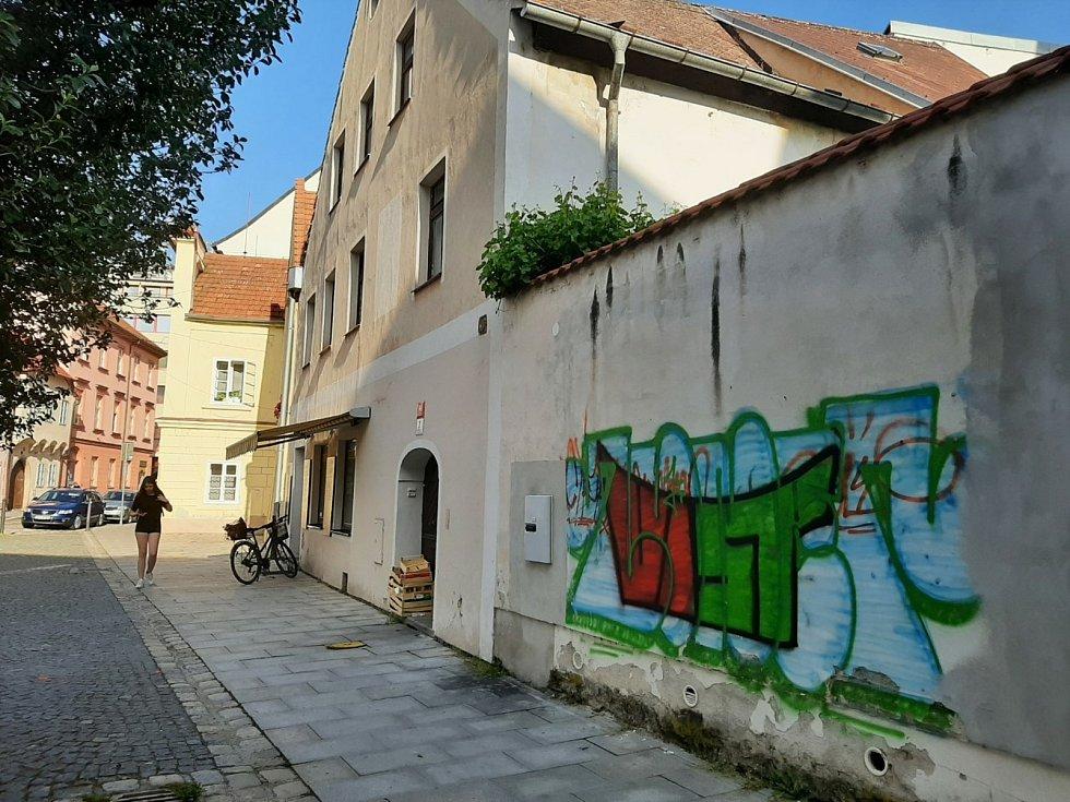 Graffiti na domě v Široké ulici v centru Budějovic.