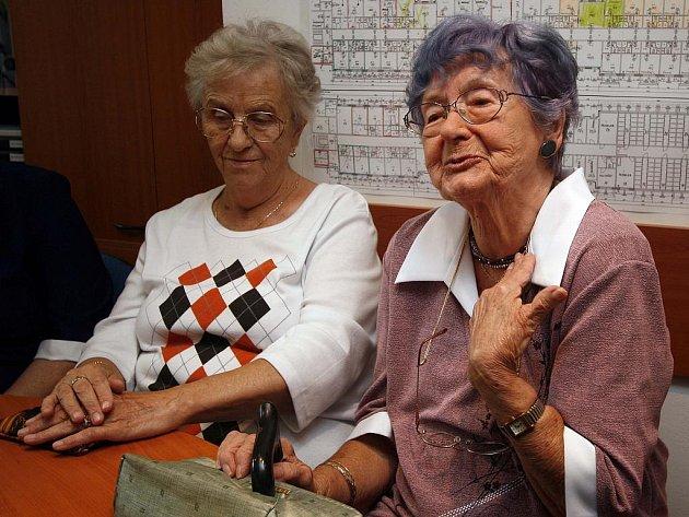 Dvaaosmdesátiletá Anna Roubíčková (vpravo) žije v Centru sociálních služeb Staroměstská od jeho počátku, tedy dvacet let. Spolu  sMarií Dvořákovou (vlevo) se shoduje na tom, že to nejhorší, co tu zažily, byly povodně v roce 2002.