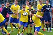 Písečtí fotbalisté v Mol Cupu rozdrtili Varnsdorf 3:0. Třetím gólem výhru pečetil Martin held (s míčem),