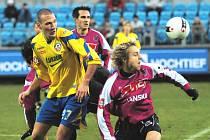 V loňském utkání Dynama se Zlínem se Martin Vozábal a Jaroslav černý (oba už z Dynamu odešli) snaží zastavit zlínského Baču. Loni Dynamo doma vyhrálo 1:0, jak to dopadne tentokrát?