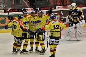 Takhle českobudějovičtí hokejisté slavili první gól Miroslava Holce (druhý zprava s mřížkou na obličeji), sokolovský brankář David Fečo už mohl jenom zpytovat svědomí.