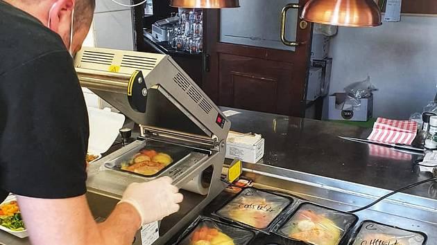 I v písecké restauraci Ostrov nadále pokračují s rozvozem, zájem je o klasiku jako holandský řízek či plněné knedlíky.