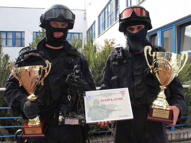 Příslušníci zásahové jednotky Milan (vlevo) a Marcel jsou členy týmu, který ovládl mistrovství ve Vyškově.