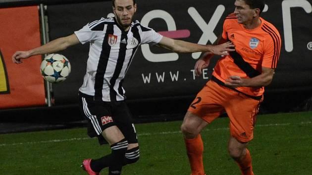 Šlágrem fotbalového víkendu na jihu Čech bude páteční druholigový duel Dynama s Pardubicemi (na snímku z utkání Dynama s Frýdkem bojuje Roman Wermke se Svrškem.
