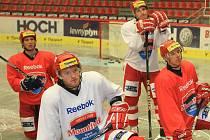 Michael Kolarz naslouchá na tréninku pokynům trenéra Výborného spolu se svými spoluhráči Alešem Krajncem, Tomášem Mertlem a Jiřím Šimánkem.