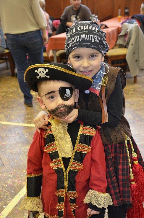 V loupežnickém duchu se v sobotu nesl tradiční karneval, který uspořádala Mateřská škola Borovany ve spolupráci s městem.