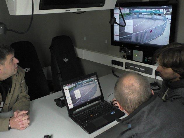 Policisté ve svém zásahovém voze budou při zápase Dynama s Baníkem monitorovat dění v ochozech z kamerového systému přímo ze svého vozu.