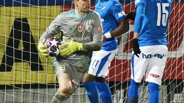 Jaroslav Drobný v nastaveném čase kryl hlavičku ostravského Stronatiho: Dynamo ČB - Baník Ostrava v I. lize kopané 1:0.