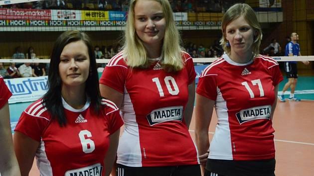 Veronika Švejdová mezi svými spoluhráčkami Markétou Tomanovou (vlevo) a Ladislavou Šílenou.