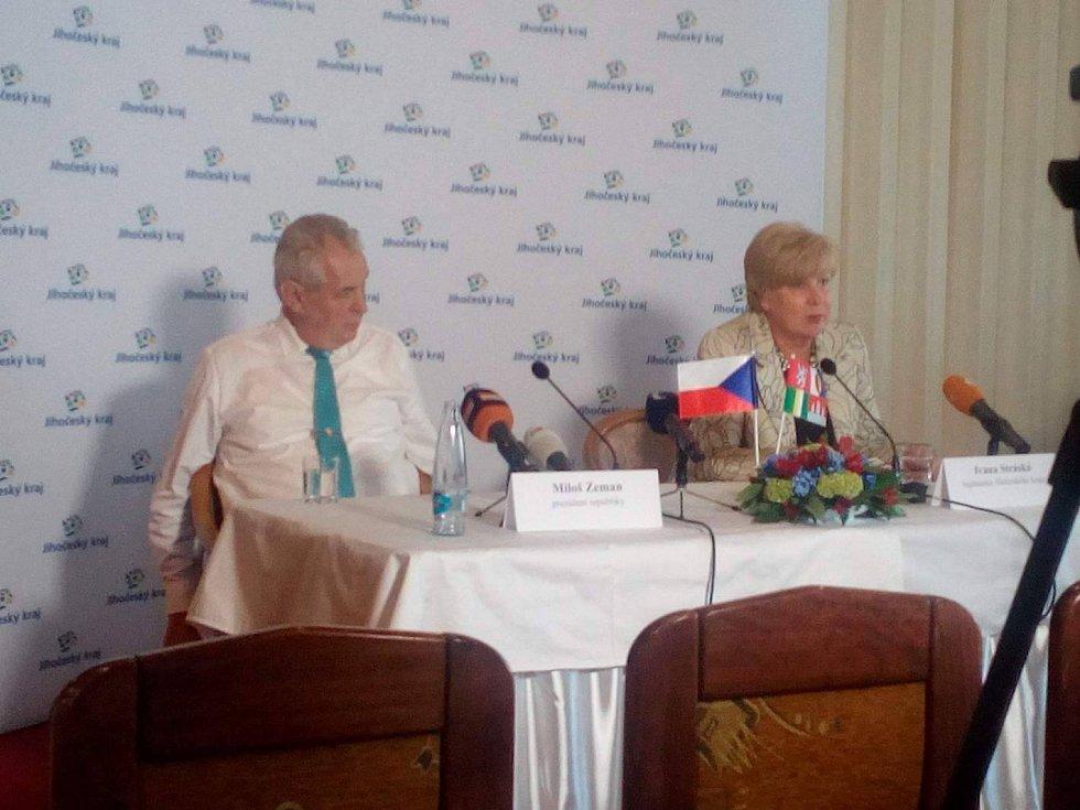 Tisková konference prezidenta Miloše Zemana a hejtmanky Ivany Stráské.