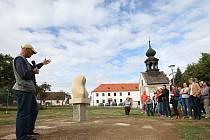 Kamenná nezapomíná na minulost a hledí kupředu. Se zájmem se v sobotu sešli na návsi místní, aby se poprvé pokochali pohledem na novou sochu. Někteří si dívku symbolizující poválečný odsun místních Němců i následující české dosídlení také pohladili.