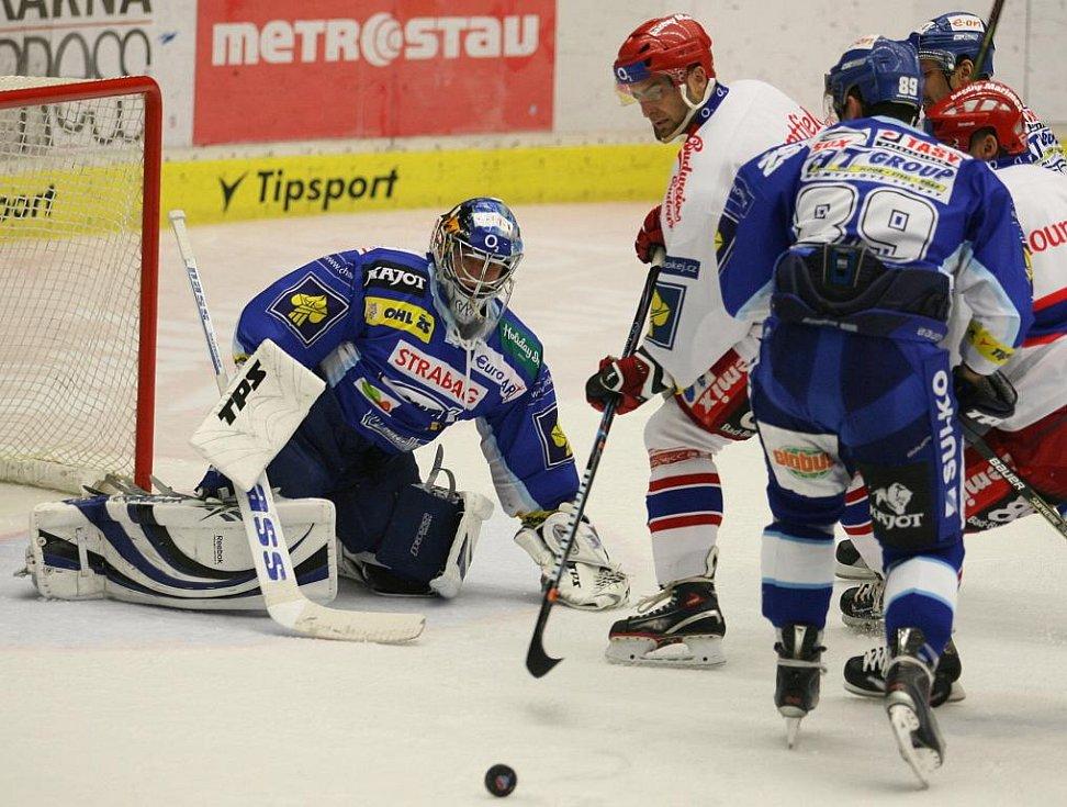 Po útoku Tomáše Vaka se puk od gólmana odrazil zpět na plochu.