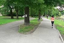 Park v budějovické Dukelské ulici. Radnice chce uspořádat v roce 2019 soutěž a najít možnou novou podobu lokality.