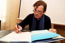 Petr Sís představil na táborském festivalu Tabook knihu Pilot a Malý princ, obrázkový životopis  francouzského letce, dobrodruha a spisovatele Antoina de Saint-Exupéryho.