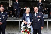 Vyšetřovatelku Renátu Mikovou jsme zastihli na nádvoří jindřichohradeckého zámku. Ocenění Jihočeský policista roku 2018 převzala z rukou krajského policejního ředitele Luďka Procházky.
