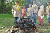 Na obřad spalování vlastních jmen napsaných na březové kůře a přijímání jmen skautských se všichni pečlivě připravili.