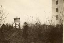 Na snímku pořízeném v roce 1932 stojí u meteorologické budky na květinové zahrádce profesor Jaroslav Maňák.