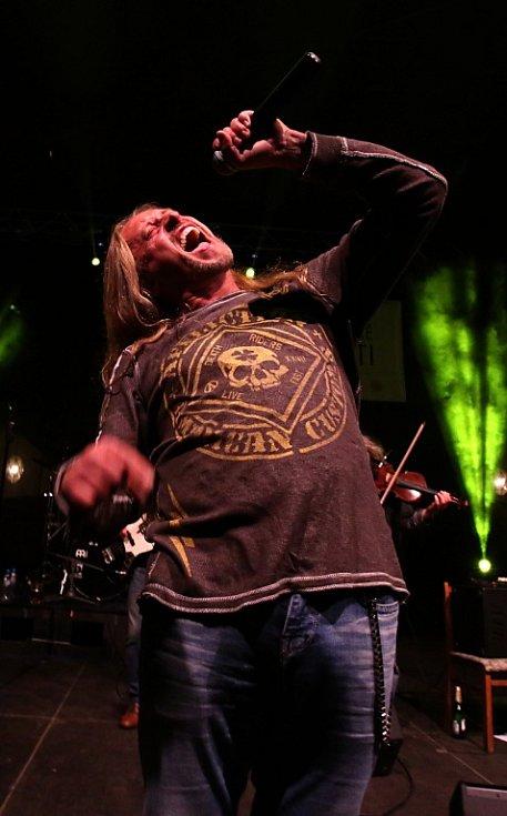 Na Svatováclavských slavnostech v Českém Krumlově hrála 26. září rocková Supergroup. Na snímku Kamil Střihavka.