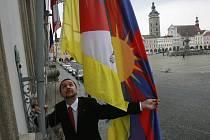 Město České Budějovice vyvěšuje tibetskou vlajku od roku 2003.