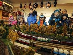 Nejenom prohlížet zmenšenou železnici, ale také řídit provoz na modelu železnice mohli o víkendu návštěvníci výstavy v klubovně železničních modelářů. Kromě lokomotiv, vagonů a kolejí byla k vidění i precizní práce na okolí kolem celého modelu trati.