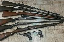 Odevzdané zbraně (shora) malorážka, brokovnice dvojka Lancaster, vojenská opakovací puška z roku 1895, brokovnice dvojka Hammerleska, brokovnice dvojka Lancaster, vojenská opakovací puška Mauser K98k, dole vojenské pistole.