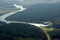 Letecký pohled na Hněvkovickou přehradu.