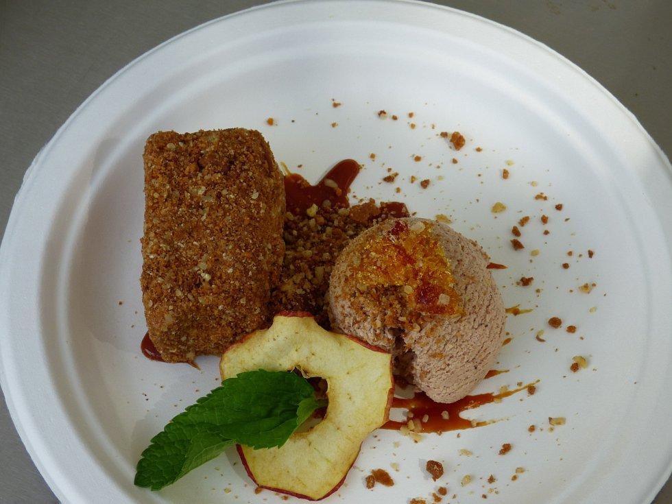 Jako dezert si kuchaři z písecké restaurace Kozlovna U Plechandy pro návštěvníky Bosch Fresh Festivalu připravili domácí medovník se skořicovou zmrzlinou, karamelovou omáčkou a citrusy.