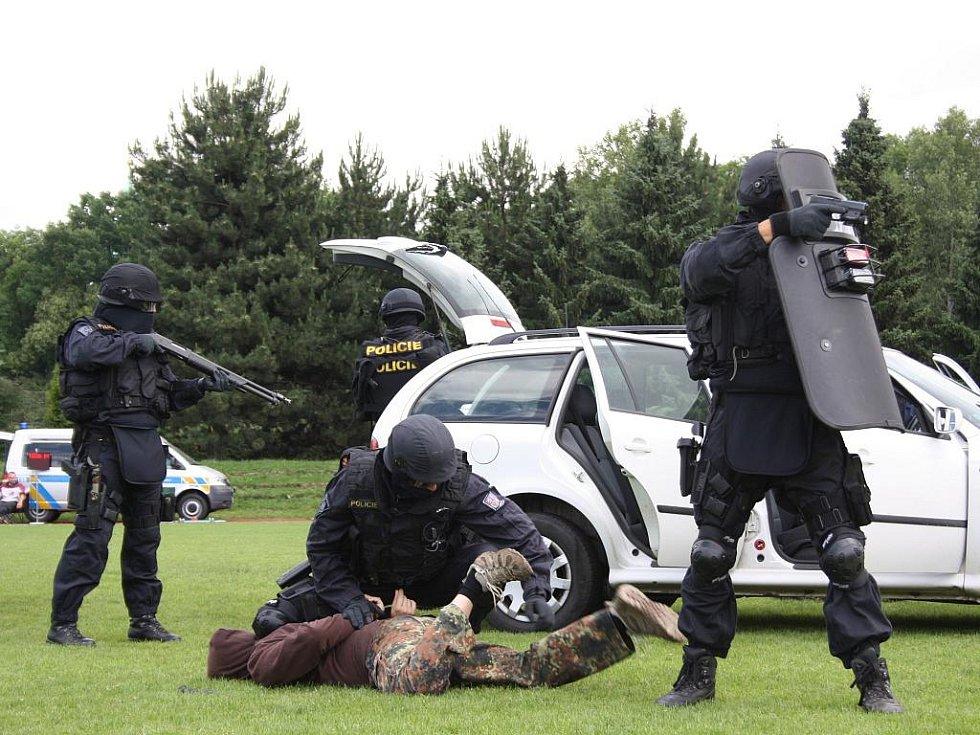 Poutavou ukázku zatýkání nebezpečných zločinců předvedla návštěvníkům Dne policie jihočeská zásahová jednotka. Mnozí z návštěvníků si pak s chutí vyzkoušeli její vybavení.