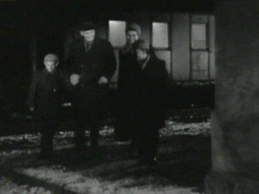 Záběr zfilmu Všude žijí lidé. Návrat zdravého otce vpodání Václava Lohniského. Sním jdou domů ibratři Peterkové, kteří ztvárnili malé role jeho synů. Vzadu stojí rozsvícený vlak na nádraží vKubově Huti.