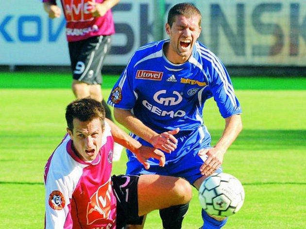 Martin Vozábal se po svém návratu na jih Čech uvedl ve včerejší ligové premiéře s Olomoucí výborným výkonem a navíc i důležitým gólem na 2:0 (na snímku ho atakuje Onofrej).