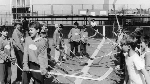 První mládežnické turnaje v hokejbalu se hrály na hřišti Sportovního klubu Pedagog České Budějovice na Branišovské ulici v roce 1982.