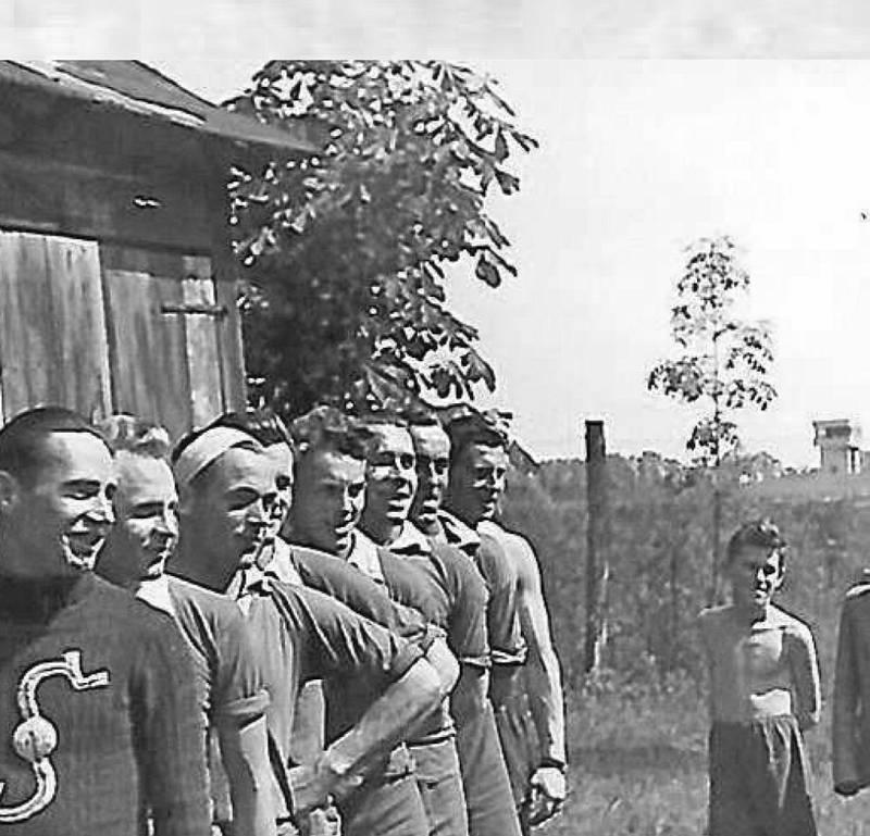 Česká házená. Ta se tehdy na Hluboké hrála na Střeleckémostrově, v místě, kde je dnes bowling. Snímky jsou z archivu Věnceslava Černého. Najdete je v knize Aleny Mitter s názvem Vzpomínky na Hlubokou vydané u příležitosti 100. výročí Československa.