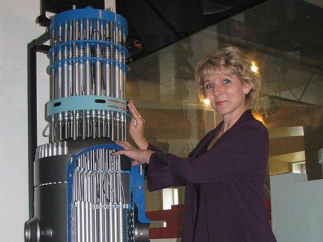 Jana Sikorová provádí zájemce po Jaderné elektrárně Temelín. Exkurze jsou naplánované dlouho dopředu. Na snímku v informačním centru s modelem jaderného reaktoru.
