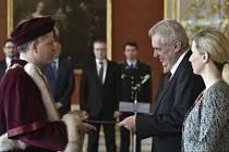 Prezident Miloš Zeman v úterý jmenoval nového rektora Jihočeské univerzity Tomáše Machulu (vlevo).
