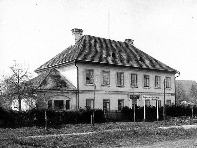 Hlavní budova původní přepřažní stanice koněspřežky v Bujanově na snímku z roku 1925. V přístavku vlevo bývala kovárna. Nedochovalo se ale ani jedno ze dvou křídel. V každém z nich byly stáje  pro 22 koní.