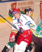 Útočník HC Mountfield Jiří Šimánek bojuje s karlovarskými obránci. V úvodním přípravném duelu prohráli Jihočeši v Karlových Varech 2:5.