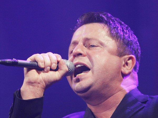 Zpěvák Petr Muk (1965 - 2010) na koncertě včeskobudějovické Budvar aréně vlistopadu 2009.