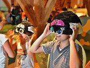 Písecká galerie Sladovna otevřela hravou výstavu Trnkova Zahrada 2. Ožívá v ní oblíbená kniha několika generací, kterou napsal Jiří Trnka. Děti pobaví mluvící velryba, trpaslík, prolézačky či kočkodrom. Na snímku příprava na atrakci Mouchoport.