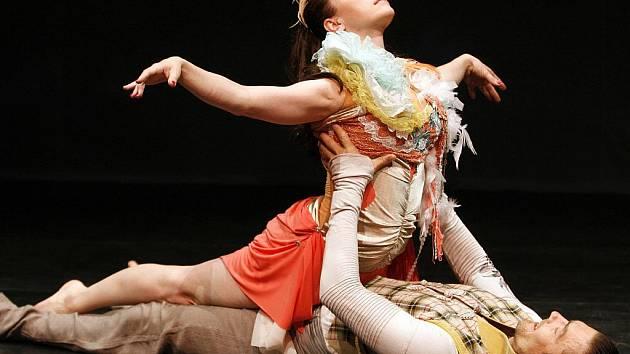Tatiana Vilhelmová a Petr Čadek zatančí ve čtvrtek v budějovickém Metropolu. Představí se v tanečně-činoherní scénické básni Posedlost.