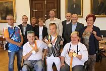 MEDAILE přinesli primátorovi ukázat zleva David Drahonínský, Arnošt Petráček a Běla Třebínová. Úspěšní reprezentanti České republiky se blýskli vynikajícími výkony na soutěžích v brazilském Rio de Janeiru.