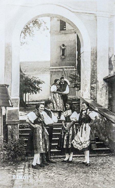 Římov, historické snímky. Brána z návsi do areálu kostela Svatého Ducha a římovská chasa ve 20. století v krojích.
