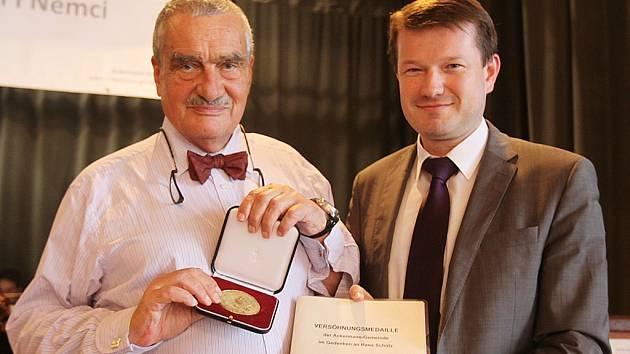 """Udělením """"medaile smíření Ackermann-Gemeinde na památku Heinze Schütze"""" Karlu Schwarzenbergovi (na snímku vlevo s předsedou Ackermann-Gemeinde Martinem Kastlerem) skončilo v neděli druhé česko-německé setkání v České republice."""