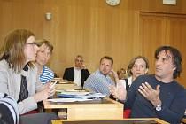 Nejen o hlinském přivaděči se v úterý vedla v zasedací síni radnice dlouhá debata. Na snímku vpravo Rudolf Střítecký z občanského sdružení Hlinská –  klidné bydlení.