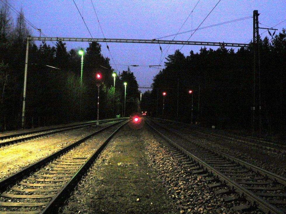 Vykolejený rychlík u Hluboké nad Vltavou. Nehoda se stala 19. 12. 2020. Cestovaly tři desítky cestujících. Nikdo nebyl zraněn.