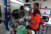 Nové vybavení sanitních vozů představuje René Papoušek, náměstek ředitele jihočeské záchranky.
