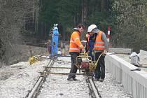 Práce na rekonstrukci železniční zastávky ve Vrábči. Nedaleký přejezd byl nově osazen i závorami.